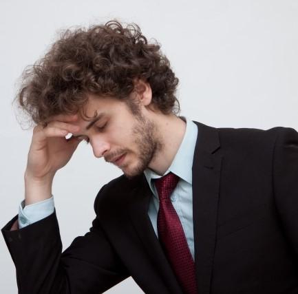 肘をついて他の原因を考える男性