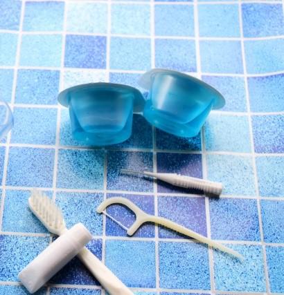 携帯用のマウスウォッシュと歯磨きグッズ
