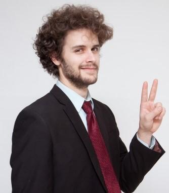 指を2本立てる男性