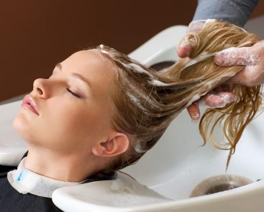 美容室 ヘッドスパをする女性