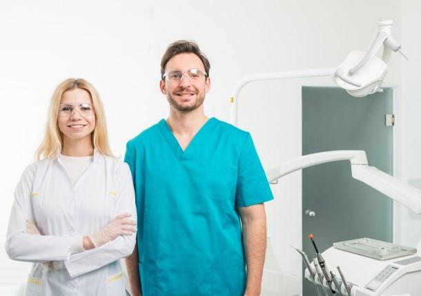 口臭外来の医師と歯科助手