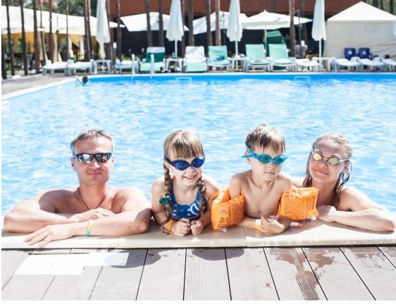 プールサイドに並ぶ家族