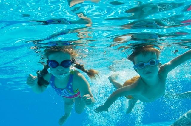 プールで喜ぶ子供
