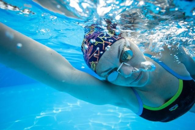 プールで本気で泳ぐ女性