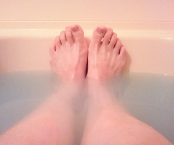 浴槽で脚を浸ける