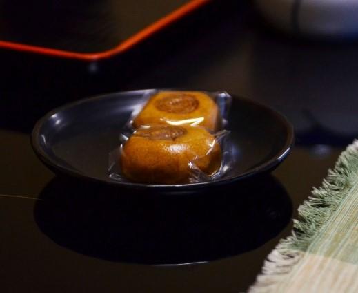 テーブルの上にある温泉旅館のお菓子