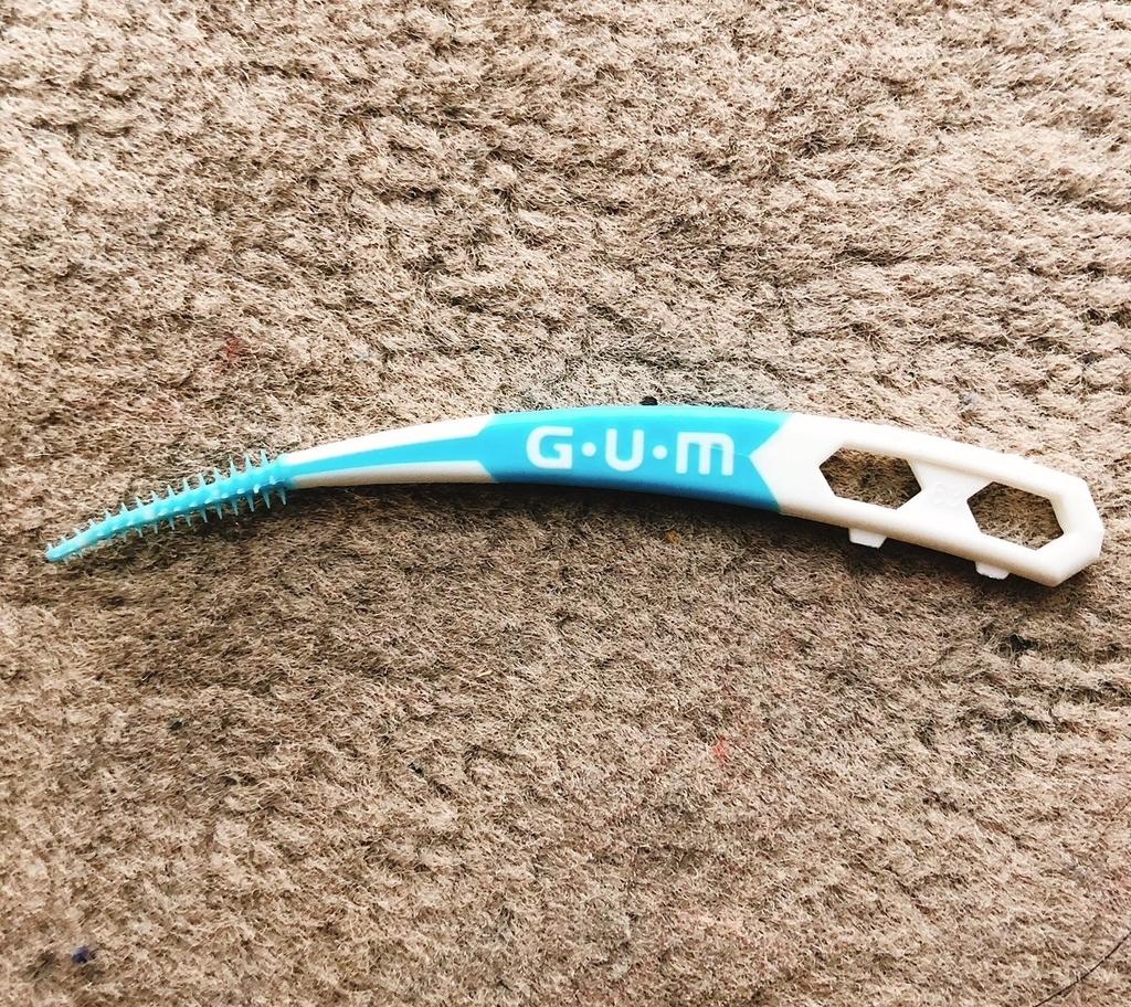 ゴム製の歯間ブラシ サンスターGUMソフトピックカーブ