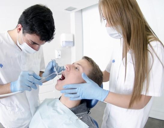 歯石除去中の患者と歯科衛生士