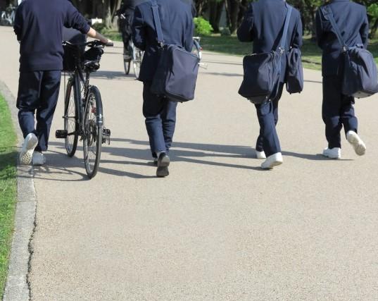 中学生男子4人が下校の様子