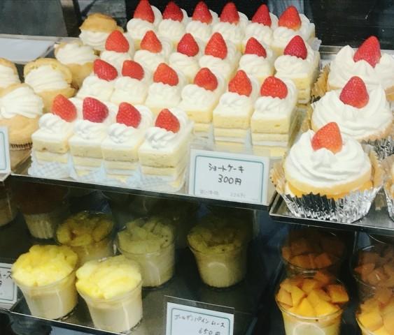 ショーウインドウに並ぶ乳製品のケーキ各種