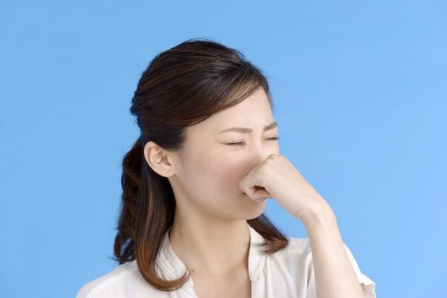 臭い、と鼻をつまむ女性