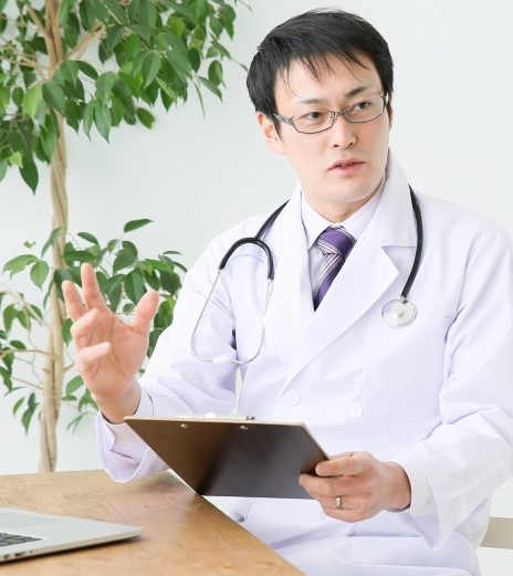 カウンセリングをする医者
