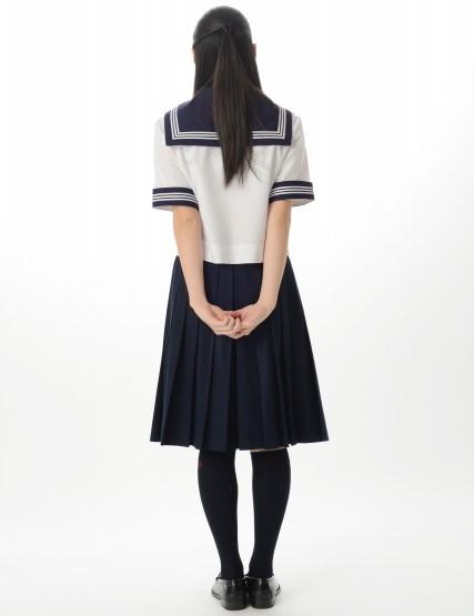 後ろを向いて立つ13歳~15歳の女子中学生