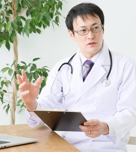白衣を着た皮膚科の男性医師