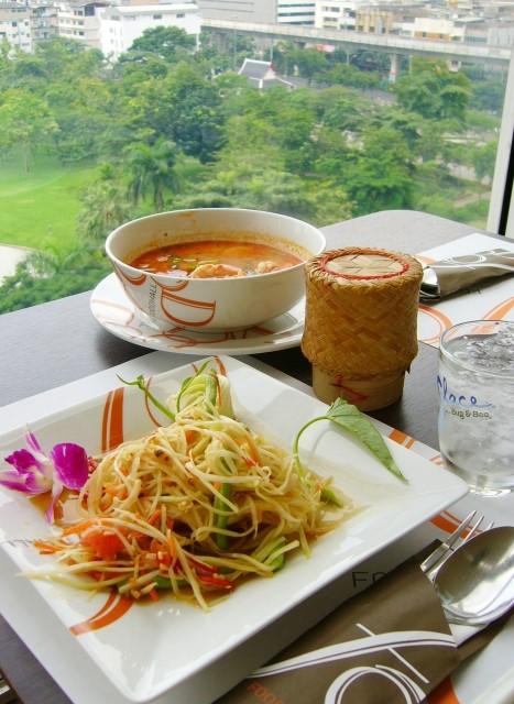 バンコクのフードコートで食べるソムタムとトムヤンクン、もち米