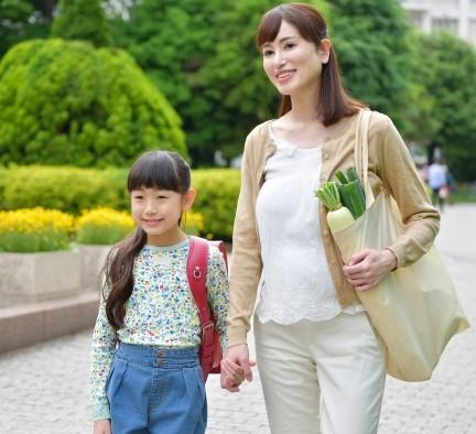 小学生の子供と帰る主婦