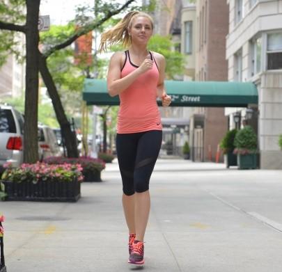 街中をウォーキングをする女性