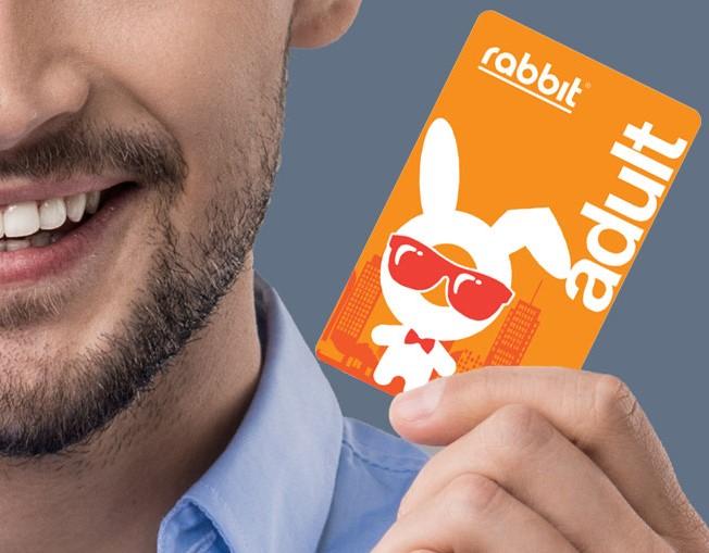 ラビットカードを持つ男性