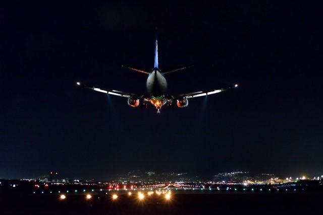 空港に深夜到着する飛行機