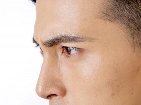 メンズ眉毛シェーバーで整えた男性の眉毛