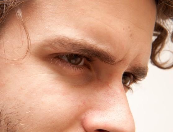 メンズのつながる眉毛