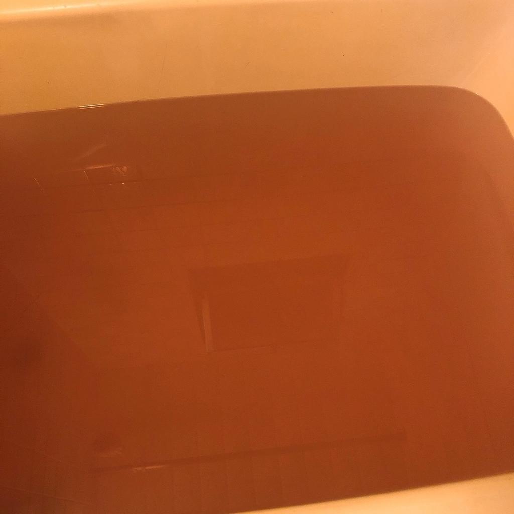 バブを2個入れた浴槽の湯の色