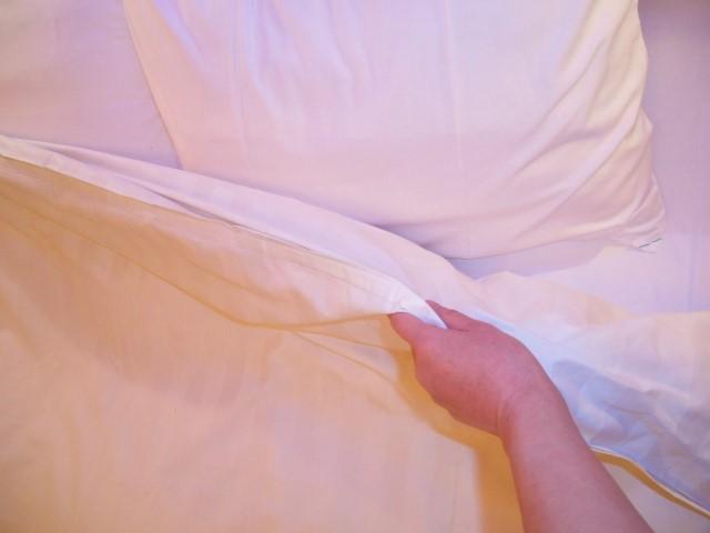 バンコクのホテルのベッド枕元