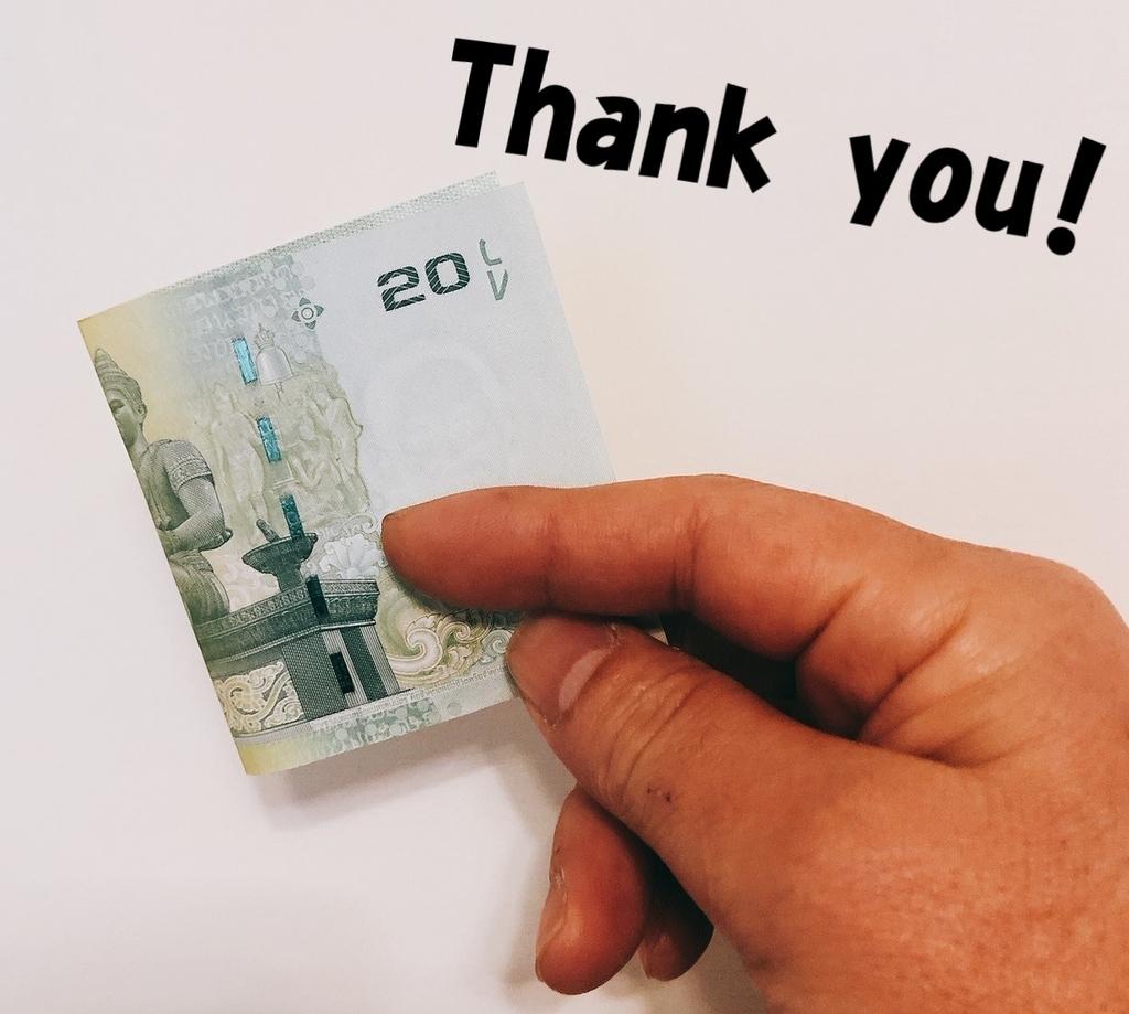 バンコクのチップ相場20バーツ紙幣を渡す手元