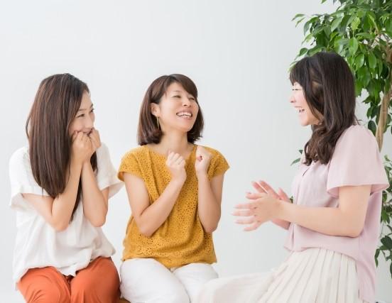 意見を交換する女性のグループ