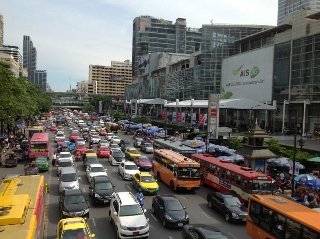 バンコクの街並み、道路渋滞中