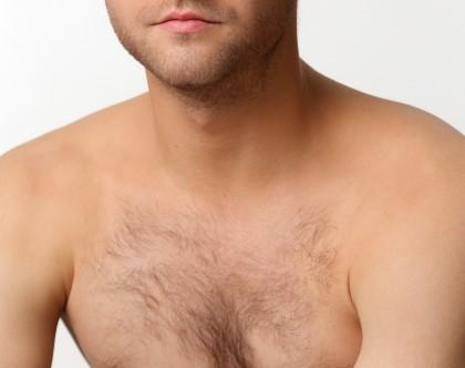 胸毛が濃い男性の上半身
