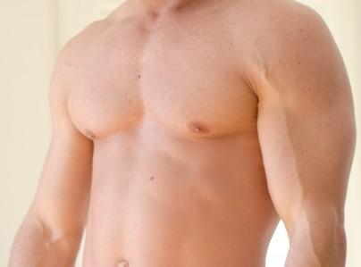 胸毛が無い男性の上半身