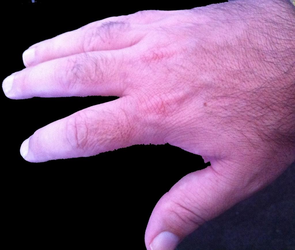 手の甲の毛が濃い男の手の甲