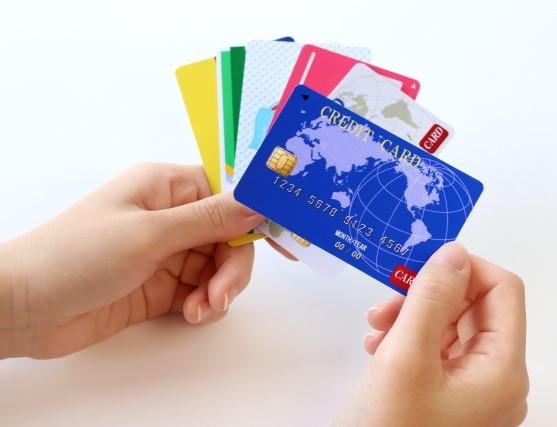 色々なクレジットカードを持つ手