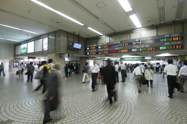 新宿駅で電車通勤中の人々