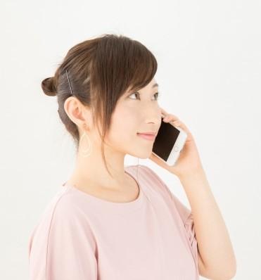 スマホで飲食店バイトの応募電話をかける女性