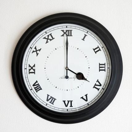 16時を指すローマ数字の掛け時計