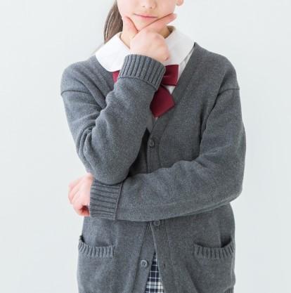 あごに手を当てて考える女子高校生
