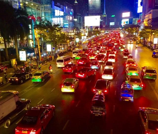 バンコクの夜の街を走るタクシー