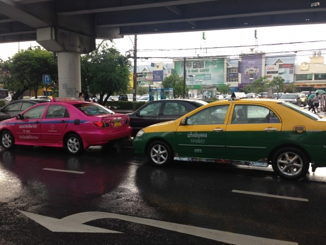バンコクの街を走るタクシー