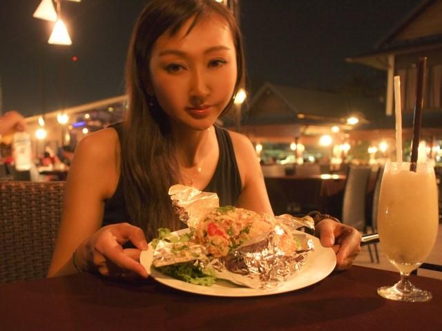 バンコクのレストランでディナーを食べる女性