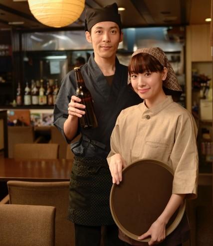 制服を着た居酒屋バイトの女性と男性