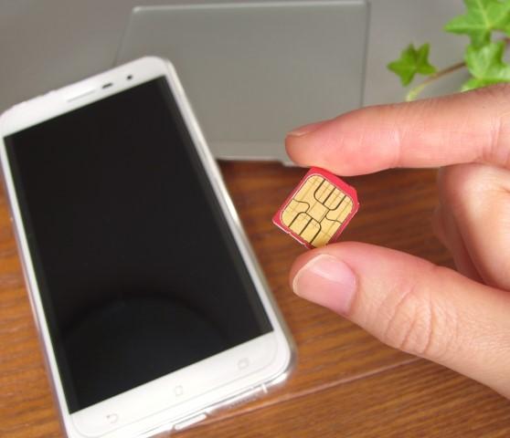海外用SIMカードとスマホ