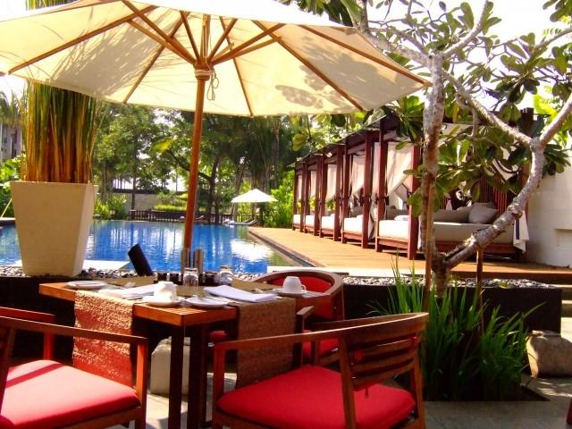 バンコクのリゾート風ホテルのプールサイド