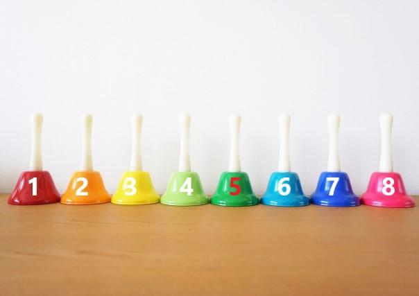 8個並んだカラフルなベル
