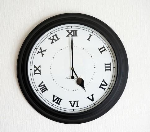 5時を指すローマ数字の壁掛け時計