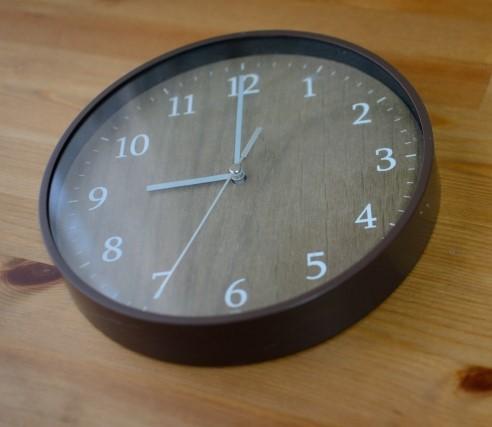 9時を指す壁掛け時計
