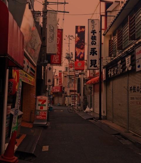 夕方6時頃のコンビニがある下町のイメージ