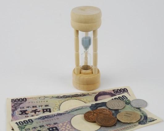 砂時計とお金(5千円札と千円札と小銭)
