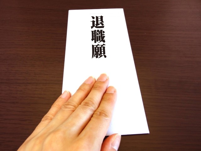 退職願の封筒を出す手
